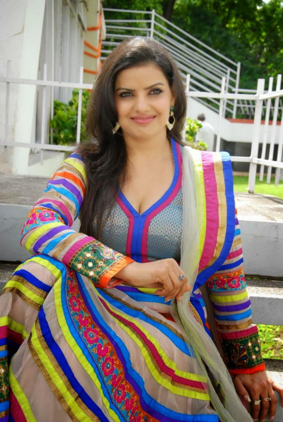 Actress Madhu Sharma Hot Cleavage Stills - Cap-5950