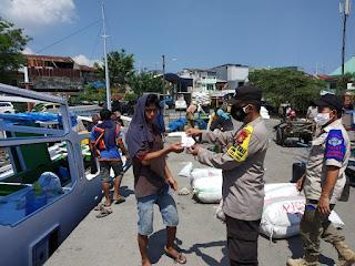 Bagikan Masker di Pelabuhan Paotere, Personil Polres Pelabuhan Makassar Ajak Warga Patuhi Prokes