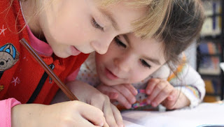 Escolas tentam proibir a ideia de crianças terem melhores amigos porque não seria inclusivo e magoaria outros colegas