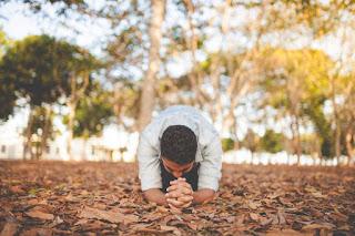 un bărbat care se roagă - foto de Naassom Azevedo - unsplash.com