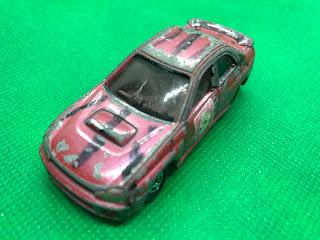 スバル インプレッサ WRX のおんぼろミニカーを斜め前から撮影