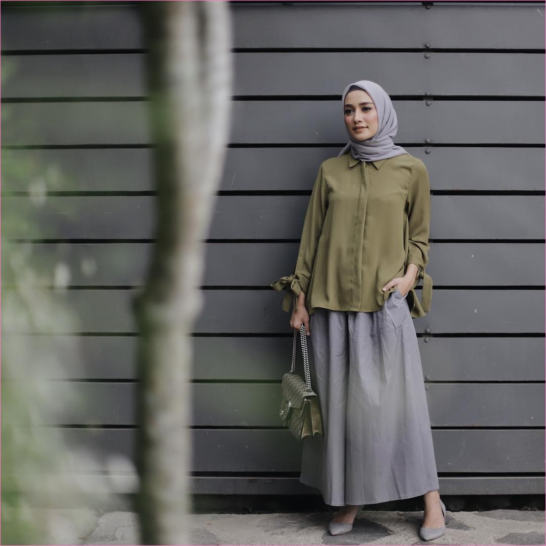 Outfit Rok Untuk Hijabers Ala Selebgram 2018 high heels lace ups abu kerudung segiempat hijab square top blouse hijau army handbags rok A-line skirt abu sedang ootd trendy