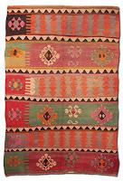 Üzerinde çeşitli geometrik şekil ve desenler olan renkli ve eski bir kilim