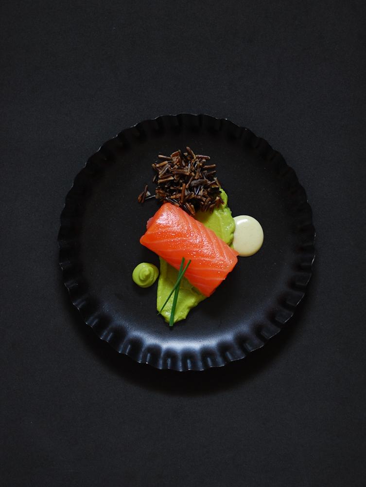 salmon-ahumado-aguacate-mayonesa-wasabi-