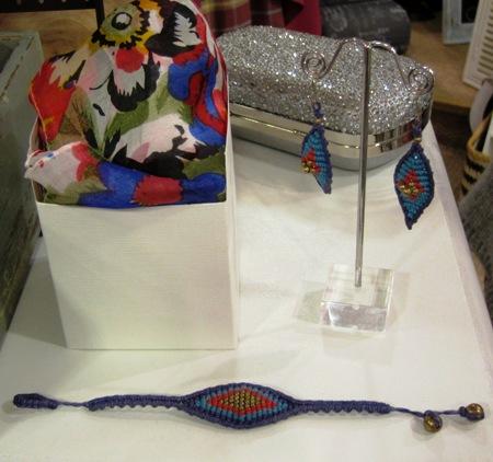 Pañuelo, conjunto pulsera pendientes y bolsito plateado