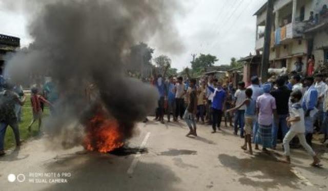 शिवहर विधायक द्वारा गलत प्राथमिकी दर्ज कराने पर स्टेट हाईवे पर ग्रामीणों ने सड़क जाम कर की आगजनी