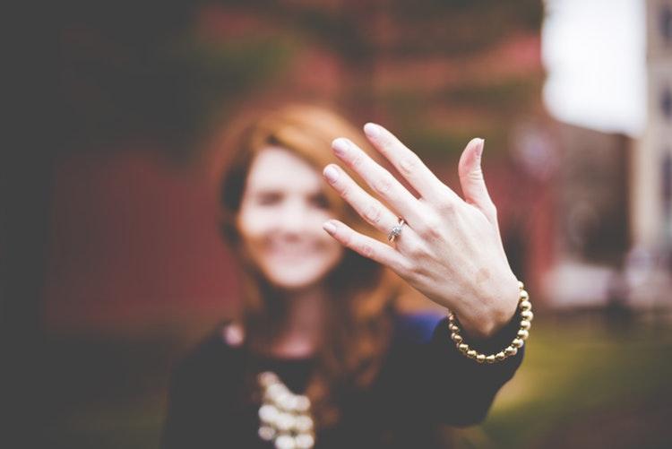 Kiedy powinnaś ściągnąć pierścionek zaręczynowy?