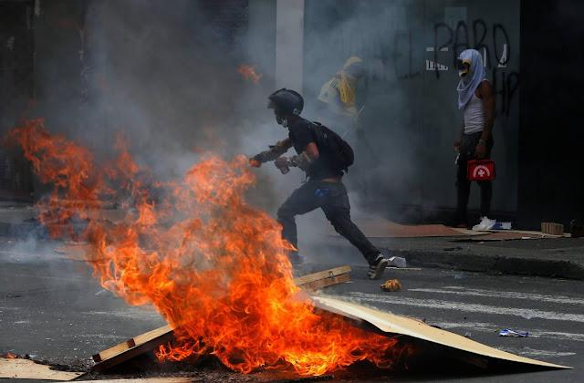 """Un grupo de individuos, entre ellos varios encapuchados, atacaron este miércoles en Bogotá las instalaciones del canal de televisión RCN y de su canal internacional NTN24, durante las protestas contra la reforma tributaria del Gobierno colombiano.  """"Desde Noticias RCN y NTN24 rechazamos el ataque sufrido en contra de las instalaciones del Canal RCN promovido y ejecutado por un grupo de violentos que ocurrió hoy a las tres de la tarde y que dejó daños materiales y puso en riesgo la integridad de periodistas y trabajadores que hacemos parte de este medio de comunicación"""", denunciaron los directores de ambos canales.  En un comunicado firmado por Claudia Gurisatti y José Manuel Acevedo, directores de NTN24 y Noticias RCN, respectivamente, denunciaron """"este ataque directo contra la libertad de expresión, que es pilar fundamental de toda democracia sólida"""".  """"Valoramos y respetamos el derecho a la protesta pacífica para manifestar el inconformismo ciudadano pero expresamos con claridad que el vandalismo y la convocatoria al mismo son formas de violencia repudiables y no de construcción de país"""", agrega el comunicado.  La Secretaría de Gobierno de Bogotá dijo en redes sociales que ante el ataque se hizo necesaria la intervención de agentes del Escuadrón Móvil Antidisturbios (Esmad), de la Policía para impedir que """"un grupo de individuos ingresen a la fuerza al canal RCN y destruyan sus instalaciones"""".  La misma entidad agregó: """"Esto no es protesta. Bogotá rechaza el vandalismo y la violencia"""".  En videos que circulan en redes sociales se ve que varios encapuchados intentaron ingresar a las instalaciones del medio de comunicación situado en la Avenida Las Américas de Bogotá.  No es la primera vez que manifestantes atacan este medio. En otras ocasiones la han emprendido contra instalaciones de RCN Radio, que hace parte del mismo conglomerado de comunicación.  Horas antes del incidente, la alcaldesa de Bogotá, Claudia López, pidió a la ciudadanía adelantar el regreso a sus h"""