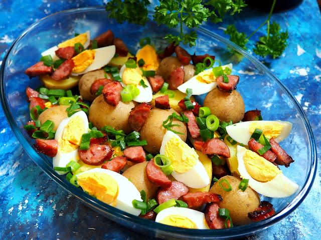 Sałatka wiejska z jajkiem, kiełbasą, ziemniakami