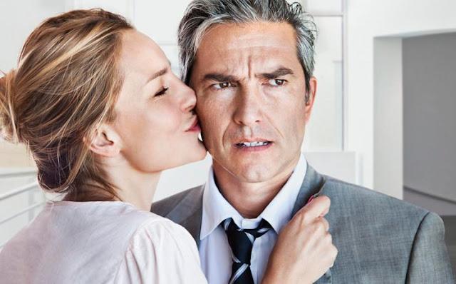 Старший за дружину чоловік, краде її молодість
