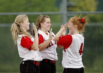 meninas-comemorando-em-jogo-de-softball