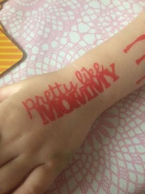 röd tatuering