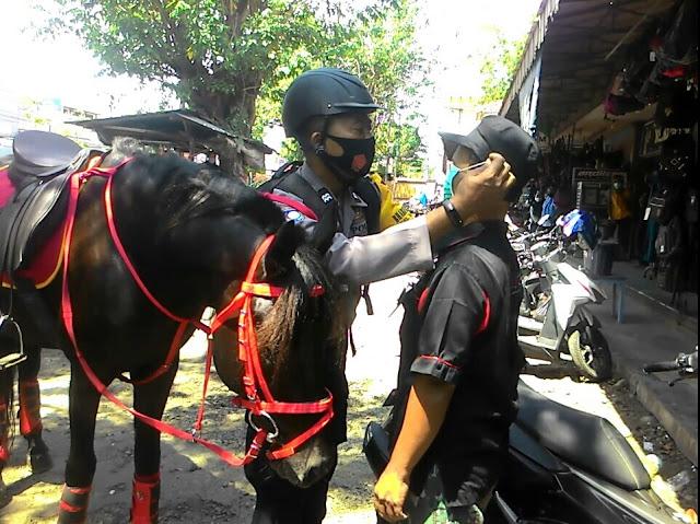 Polres Madiun Turunkan Polisi Berkuda Bagi-Bagi Masker