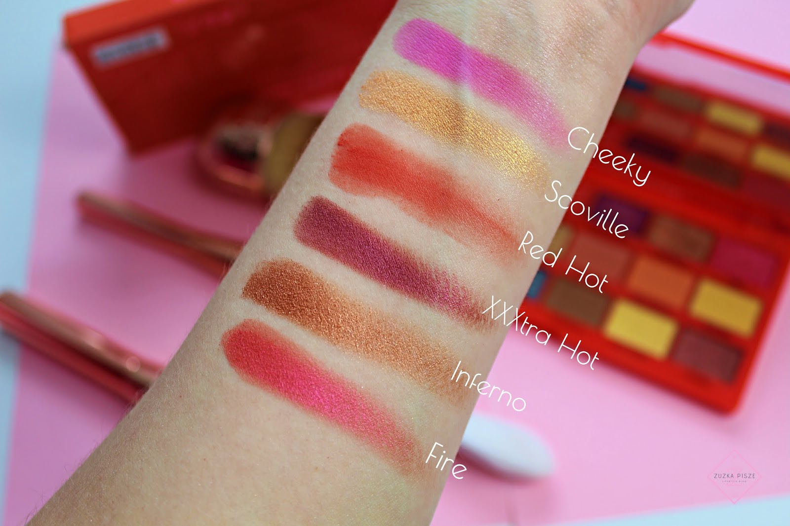 swatch palety cieni do powiek TASTY CHILLI PALETTE - Makeup Revolution