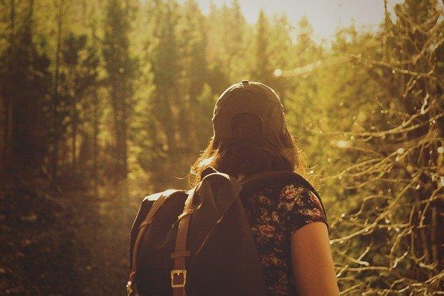 Wanita yang sedang berada ditengah hutan