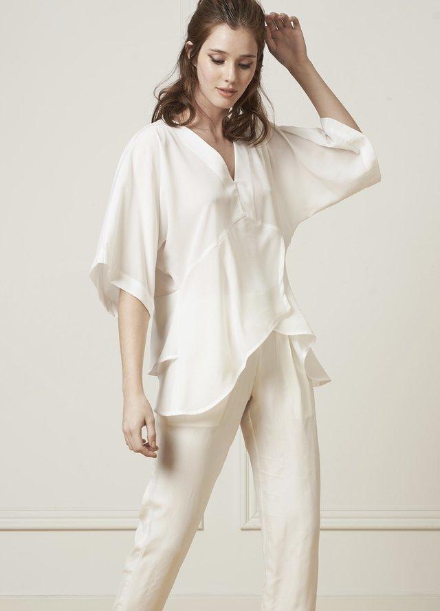 Moda verano 2020. Ropa de mujer de moda 2020 camisas y blusas.