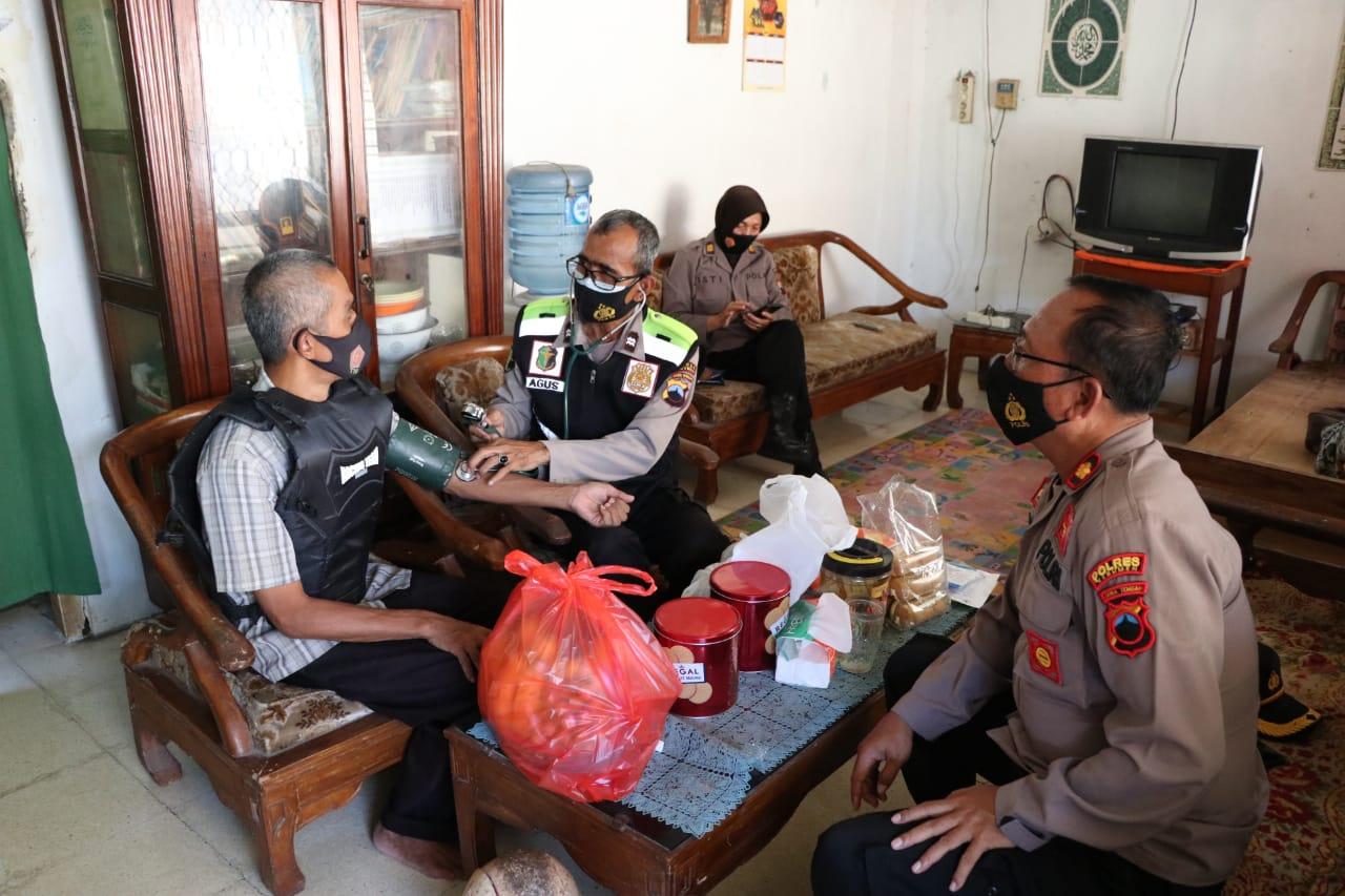Polres Kebumen Sambangi Dua Anggotanya yang Sakit