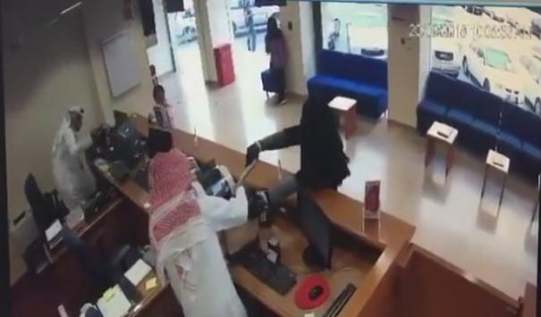 بالفيديو:سطا على مصرف بمسدس للأطفال متنكراً بزي امرأة منقبة!