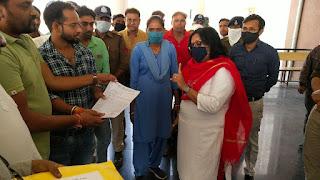 जिले के सभी ब्लाकों में कांग्रेस ने ज्ञापन सोपकर मुख्यमंत्री को भेजी साडिया एवं चुडिया