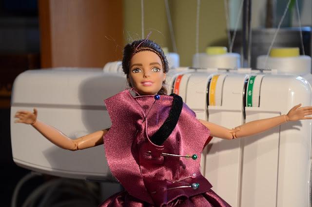 Szycie ubranek dla lalek Barbie.