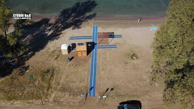 Τοποθετήθηκε και στην παραλία Καραθώνας ράμπα για την πρόσβαση ΑΜΕΑ στην παραλία (βίντεο drone)