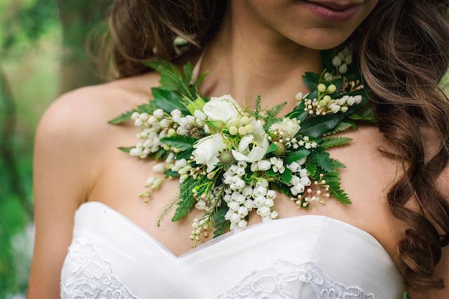 Collar de flores naturales en vez de ramo de novia - Foto: www.chicvintagebrides.com