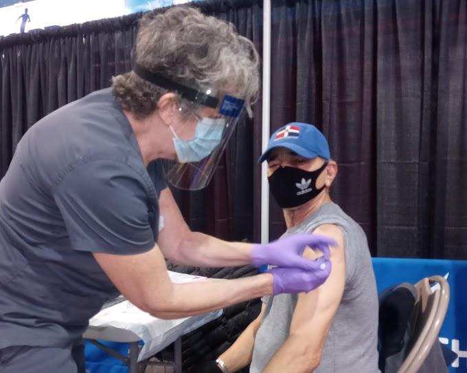 Reportero Cruz Tejada recibe primera vacuna de Moderna contra COVID - 19 y explica proceso