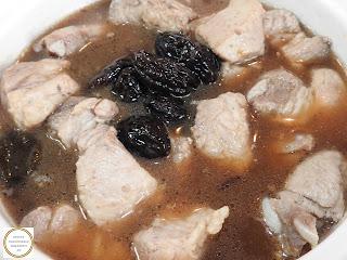 Mancare de prune cu carne preparare reteta de casa traditionala romaneasca dobrogeana taraneasca gatita la ceaun cu porc si zahar ars retete culinare mancaruri dulci cu fructe,