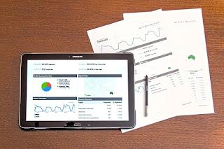 タブレットと資料が並んでいる、サンプル画像