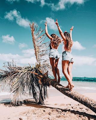 foto tumblr de amigas en una palmera en la playa