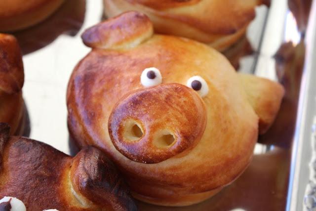 Glücksschweinchen aus Hefeteig mit Marzipan und Nüssen