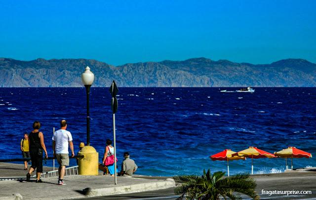 A Costa da Turquia vista da orla marítima da Cidade de Rodes