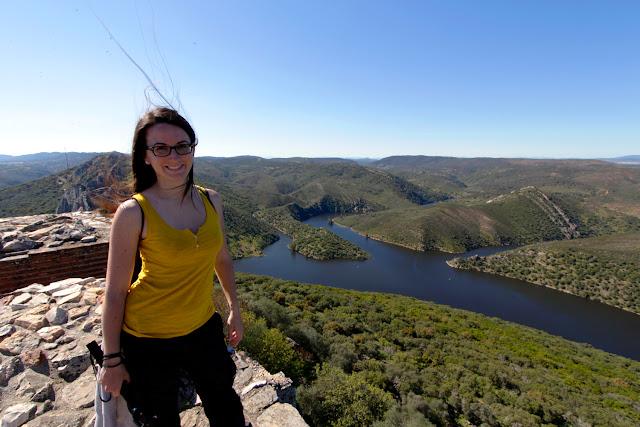 Lena desde lo alto del castillo de Monfragüe
