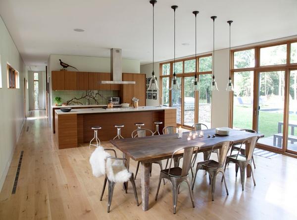 Dapur dengan banyak jendela kaca bening yang nyaman