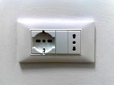 """Instalaciones eléctricas residenciales - Enchufe tipo L """"universale"""""""
