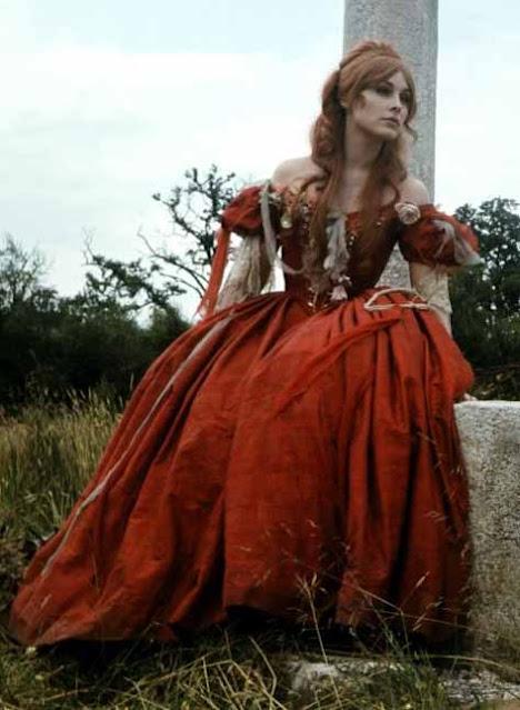 Vestido vermelho da Sharon em A dança dos vampiros