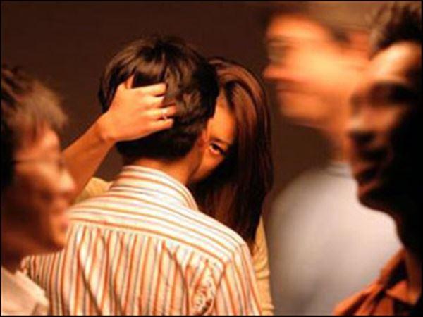 Bắt quả tang bố và vợ mình đang quấn lấy nhau, đau đớn hơn khi biết sự thật