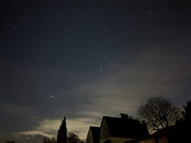 Sternenhimmel mit einzelnen Häusern