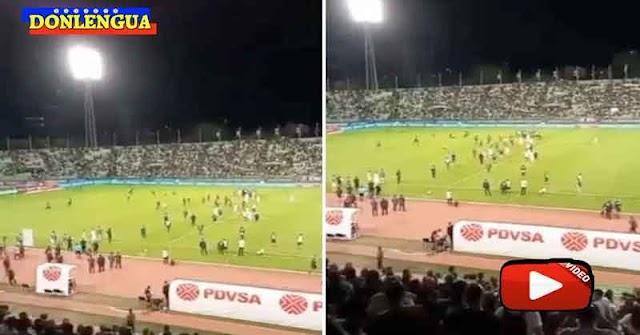 Marginales mentales bajaron al césped del Estadio Universitario para ver a Messi en persona