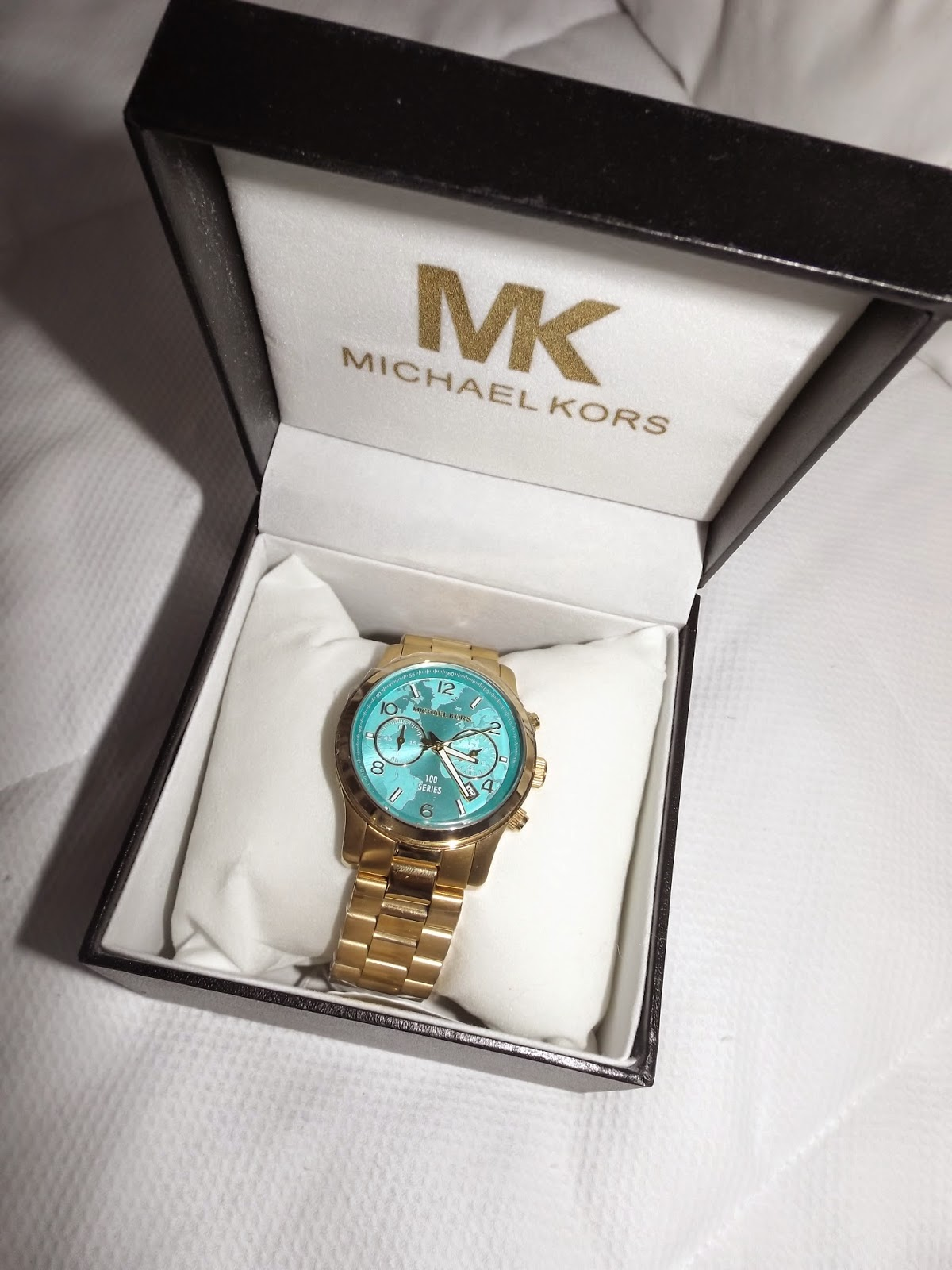 042463b770e ○ Brechó Fashion Week ○•  Relógio Michael Kors fundo azul