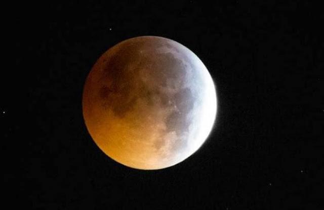 149 साल बाद दुनिया में दिखाई दिया चंद्र ग्रहण का ये नज़ारा, देखें तस्वीरें