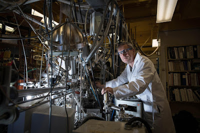 Konstantinos P. Giapis with his reactor that converts carbon dioxide to molecular oxygen. Credit: Caltech