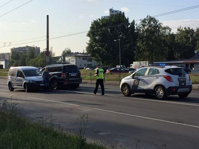 Trīs auto avārijā Purvciemā
