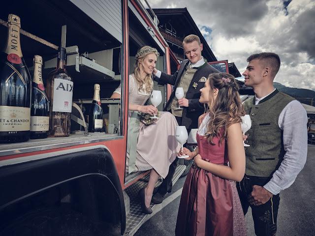 Moet Chandon, Feuerwehrauto, Löschzug, Trachtenhochzeit im Zillertal, heiraten in den Bergen Tirol, Alpenweltresort Königsleiten, Dirndlbraut, Hochzeitsplaner Uschi Glas, 4 weddings & events, Hochzeitsfotografie Marc Gilsdorf, weddingstyled.com