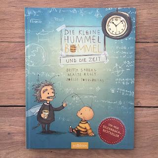 """""""Die kleine Hummel Bommel und die Zeit"""" von Britta Sabbag und Maite Kelly, illustriert von Joëlle Tourlonias, erschienen im Verlag ArsEdition, Bilderbuch für Kinder ab 3 Jahren. Rezension von Kinderbuchblog Familienbücherei"""