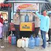 Satbrimob Polda Sulsel Salurkan Air Bersih dan Beri Keceriaan Kepada Pengungsi di Majene