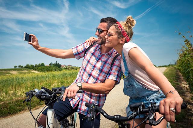 Cicloturisti si scattano un selfie