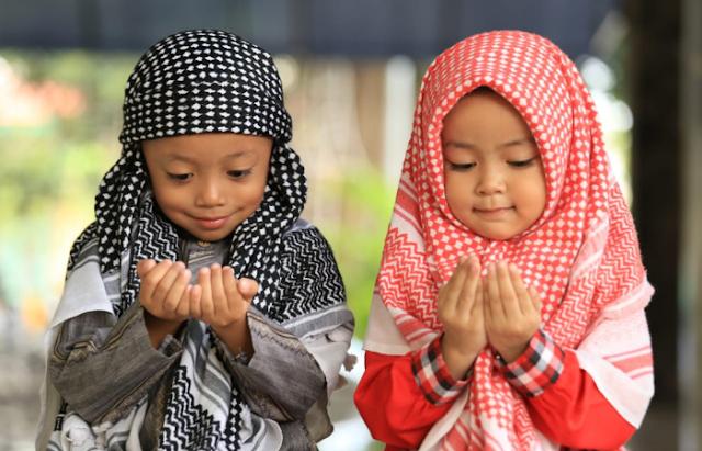 Keistimewaan Doa Anak Sholeh, Bisa Menolong Orang Tua Kelak di Akhirat
