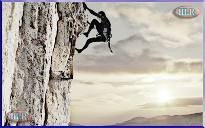 Alpinista escalando