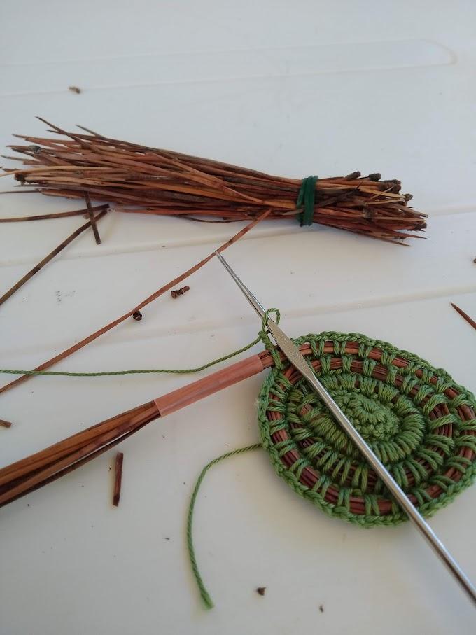 Cestino a crochet con aghi di pino